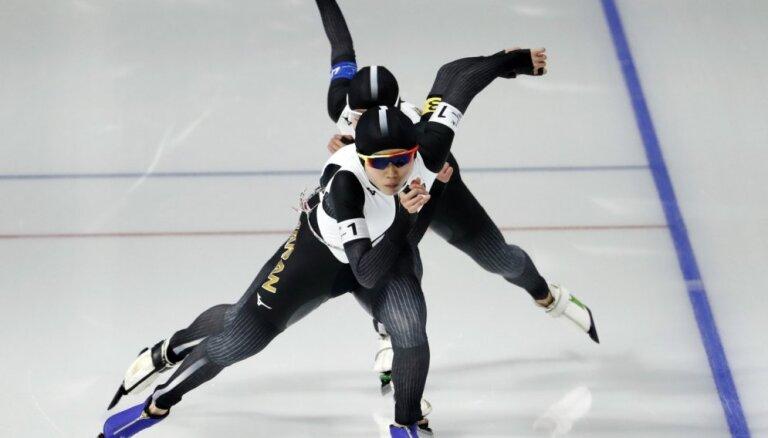 Japānas un Norvēģijas ātrslidotāji triumfē komandu iedzīšanas sacensībās