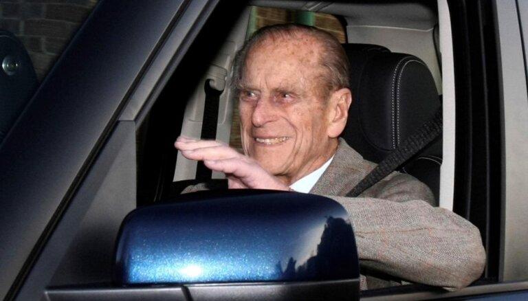 Edinburgas hercogs Filips 97 gadu vecumā atteicies no vadītāja apliecības