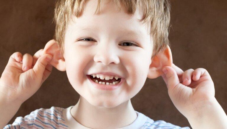 Atļukušām ausīm nav jākļūst par bērna izsmiešanas iemeslu; visu iespējams labot
