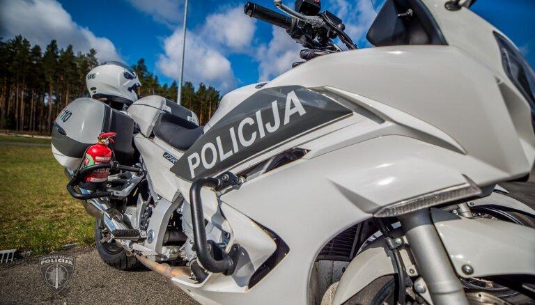 Lai netiktu aizturēts par noziegumu, vīrietis ar motorolleru bēg no policijas