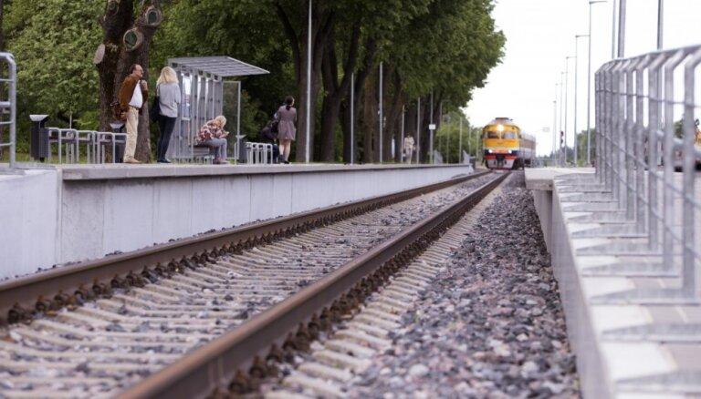 В районе Вецаки над железной дорогой порвались электропровода, движение поездов возобновлено