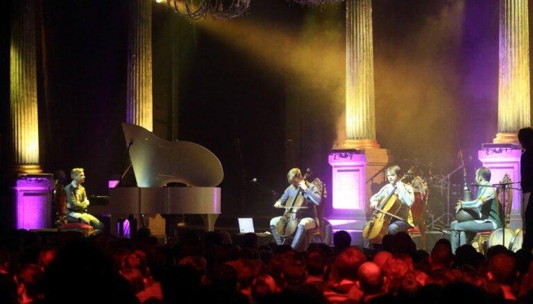 Foto: 'Dagamba' ar iespaidīgu koncertu priecē fanus 'Palladium' koncertzālē