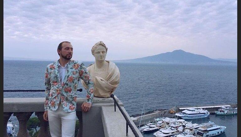 Пользователи соцсетей начали массово копировать позы статуй