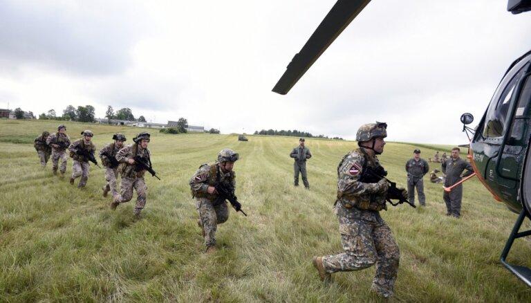 Foto: Zemessargi trenē kaujas iemaņas un karavīru pārvietošanu pa sauszemi un gaisu
