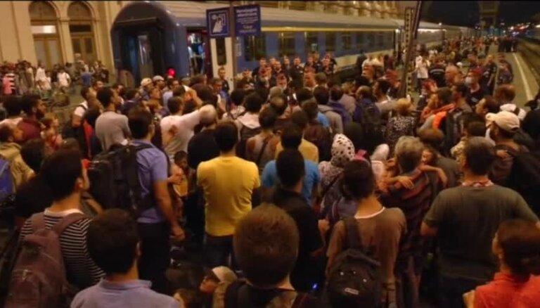Video: Migrantu pūļi pulcējas Budapeštas stacijā; cer izbraukt uz Austriju un Vāciju