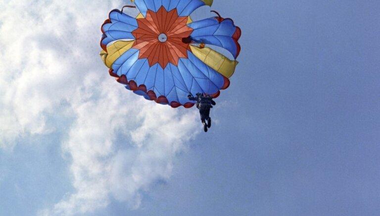 В США пассажир попытался спрыгнуть с летящего самолета