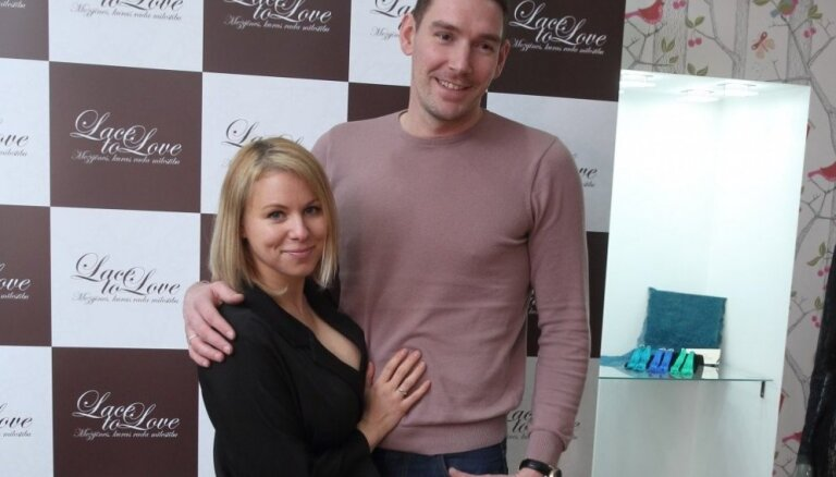 Foto: Latvijas elegantākās dāmas novērtē jaunu mežģīņu veikalu