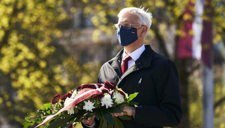 Foto: Valsts augstākās amatpersonas noliek ziedus pie Brīvības pieminekļa