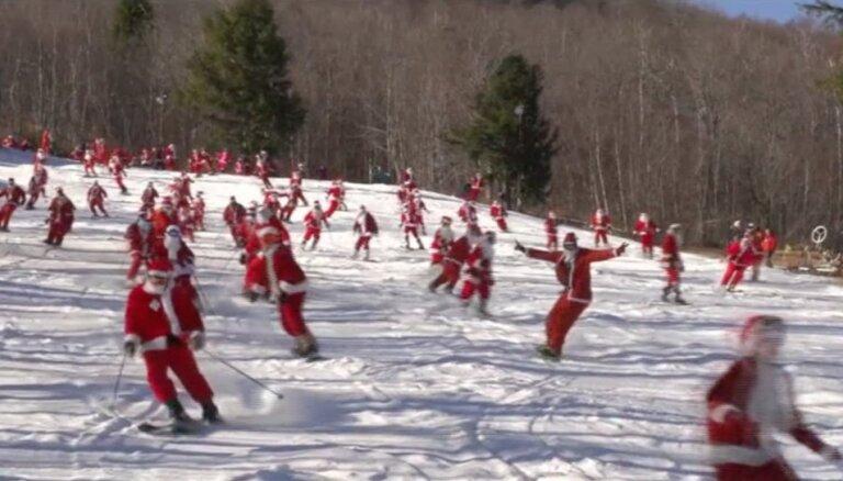 Video: Simtiem līksmu Ziemassvētku vecīšu uz slēpēm iepriecina ASV iedzīvotājus