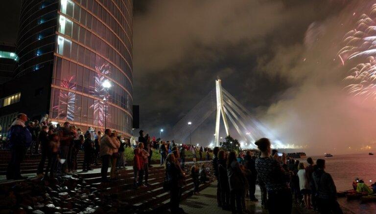 Spēkratu parāde, koncerti, salūts un ierobežota satiksme – kas jāzina Rīgas svētku svinētājiem