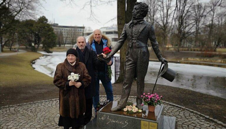 ФОТО: В Риге восстановлен поврежденный вандалами памятник Пушкину