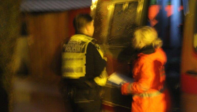 """Сотрудник Рижской муниципальной полиции реанимировал в подъезде мужчину, находящегося """"под кайфом"""""""