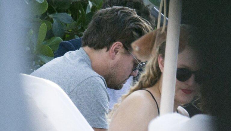 Paparaci foto: Dikaprio pieķerts kopā ar noslēpumainu sievieti