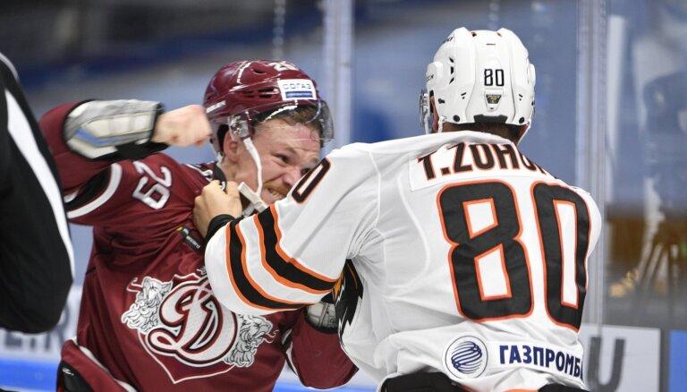 Video: Marenis izkaujas ar 'Amur' hokejistu Zohornu