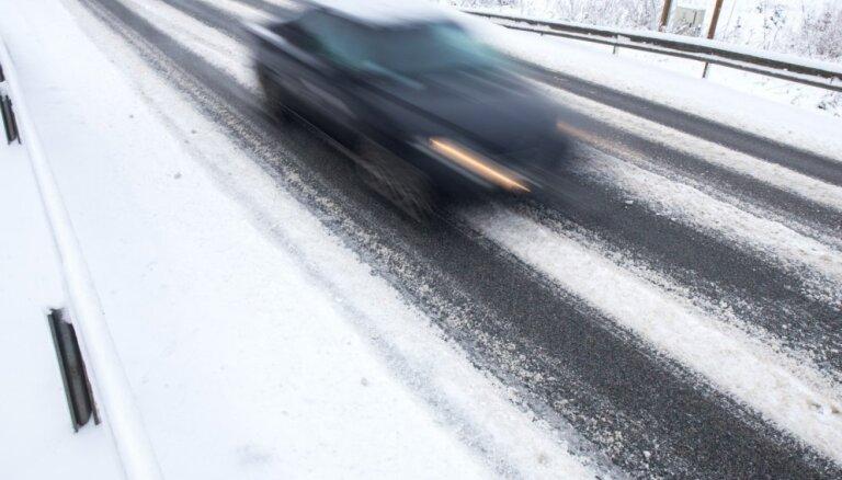 LVC brīdina: apledojums vietām apgrūtina braukšanu
