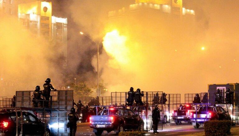 Minskas slimnīcās desmitiem sadursmēs cietušo; aktīvisti ziņo par bojāgājušo