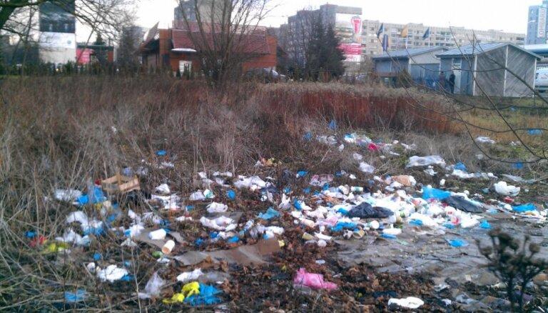 Foto: Krasta ielas 'McDonald's' pieguļošā teritorija 'slīkst' atkritumos