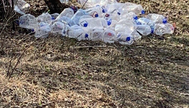 Video: Olainē kāds 'cūkmens' no busiņa izsviež pudeļu kaudzi