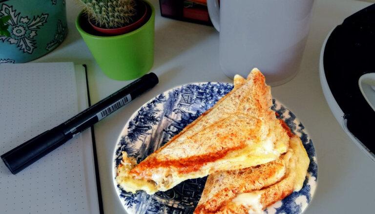 Dubultās siera karstmaizes ar šķiņķi, kukurūzu un pupiņām