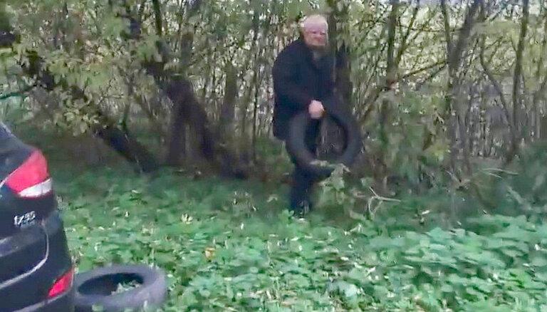 """""""Наследие советских времен"""". В сети """"набросились"""" на пенсионера, хотевшего оставить старые шины в лесу"""