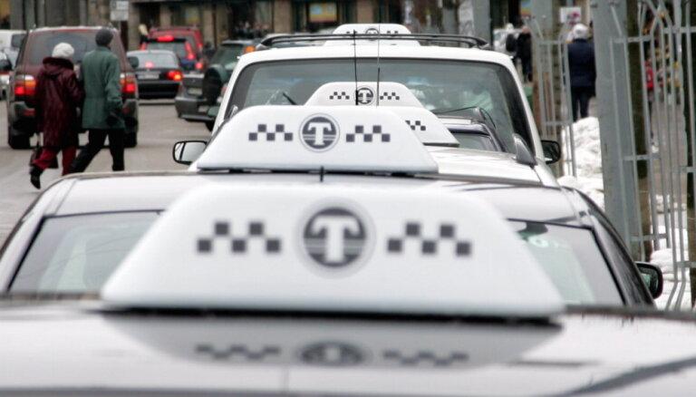 Счетчик выключен — можно не платить. Комиссия Сейма одобрила ужесточение правил для таксистов в аэропортах