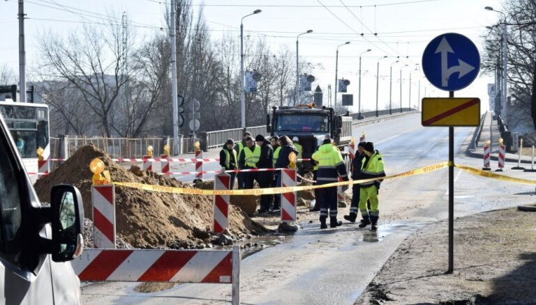 Satiksmi pār Deglava tiltu pilnībā atjaunos ap pusnakti