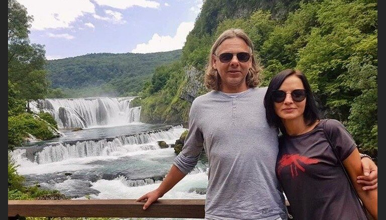 Foto: Džilindžers ar sievu bauda laisku atpūtu saulainajos Balkānos