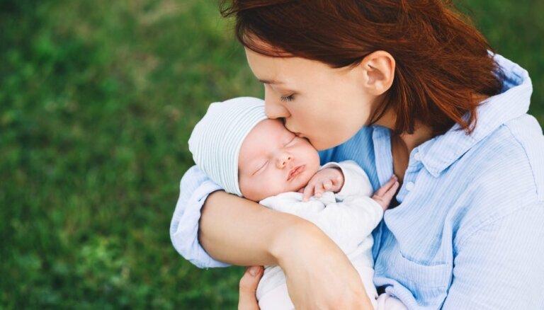 Kas jāņem vērā, ja mazulis dzimst vasarā – padomi jaunajiem vecākiem