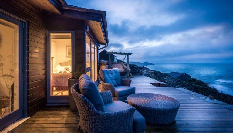 Foto: Apburoša būdiņa divvientulībai jūras krastā – romantisks nams Anglijā