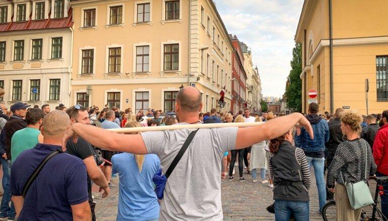 """ФОТО, ВИДЕО: сотни человек по призыву депутата Гобземса протестуют против """"обязательной вакцинации"""""""