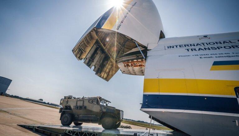 Foto: Milzis 'Antonov AN-124' ved britu bruņutransportierus uz Bosniju