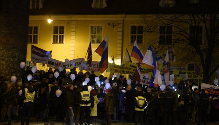 Latvijas Krievu savienības gājiens par izglītību krievu valodā pulcē pustūkstoti