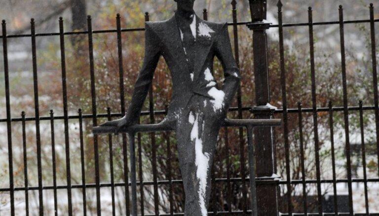 Sniega tīrītājs Rīgas centrā sabojā Kārļa Padega pieminekli