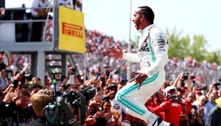 Fetels finišē pirmais, bet soda dēļ 'Mercedes' uzvaru sēriju turpina Hamiltons