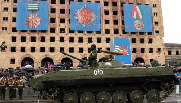 Abhāzijas galvaspilsētā pie TV un radio ēkas uzspridzinās vīrietis