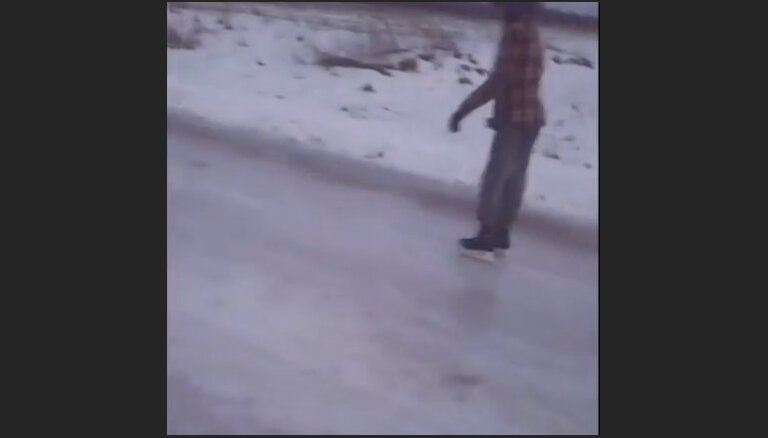 ВИДЕО: А как справляются водители? Читатель катается по дороге на коньках