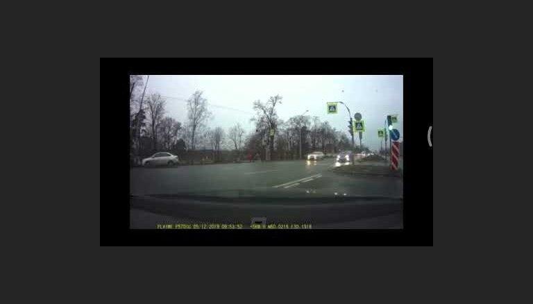 ВИДЕО: В Санкт-Петербурге водитель во время тест-драйва Audi разбил 13 машин и снес светофор