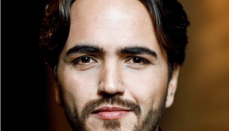 Operā 'Madama Butterfly' Rīgā dziedās meksikāņu tenors Rodrigo Porras Garulo