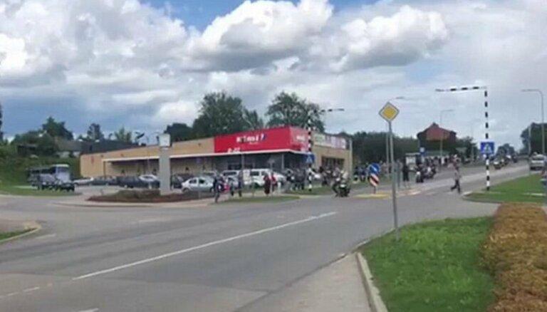 ВИДЕО. На мотофестивале в Екабпилсе байкер сбил на переходе пешехода