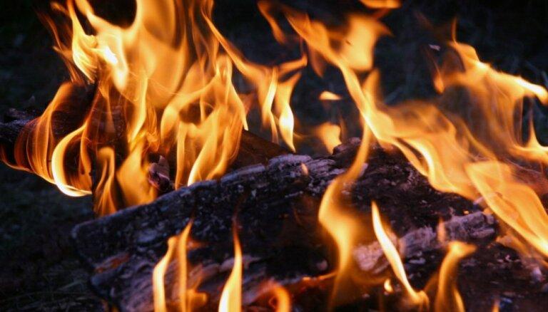 На пепелище в Даугавгриве пожарные обнаружили труп человека