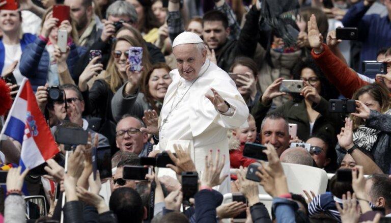 ВИДЕО: Папа Римский отказал в поцелуе руки, чем удивил католиков