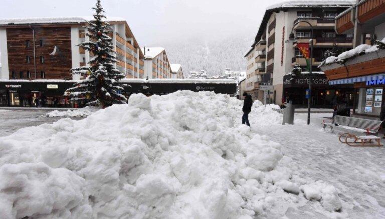 Sniega dēļ Šveices kalnu kūrortā iesprostoti 13 000 tūristu
