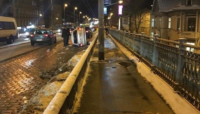 Foto: Uz VEF tilta apgāžas 'Opel' automašīna