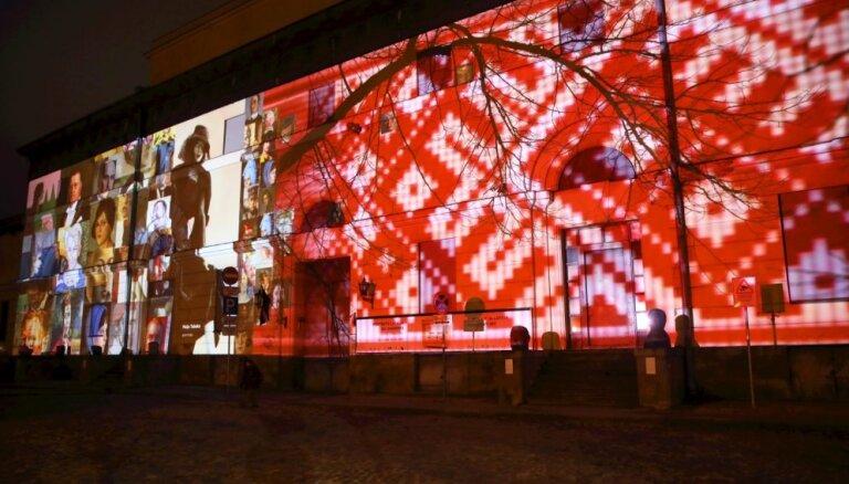 Foto: Simtgades noskaņā sācies gaismas festivāls 'Staro Rīga'