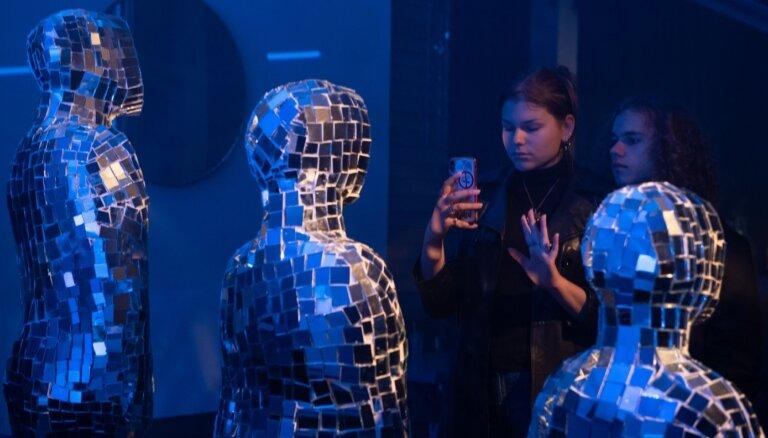 Foto: Mūsdienu mākslas 'Iedomu spoguļi' – Rīgā notikusi ikgadējā 'Baltā nakts'