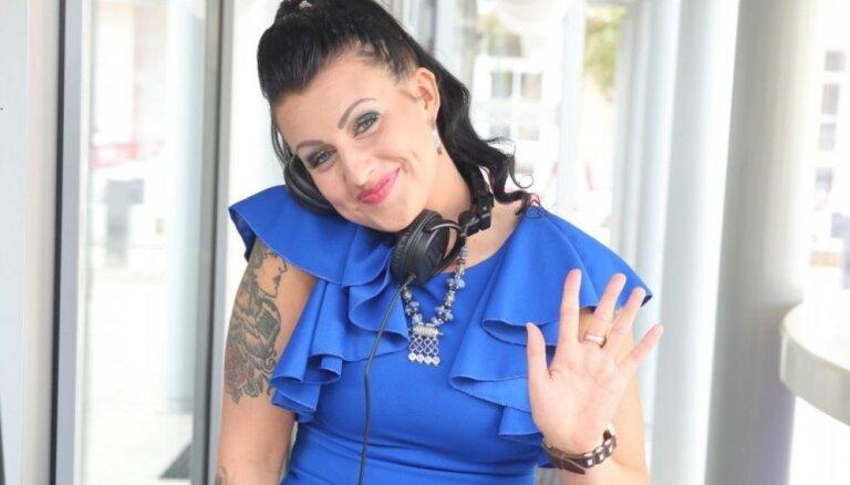 Emocionālā dziedātāja Sandija atgriežas apritē kā notetovēta dīdžejmeitene