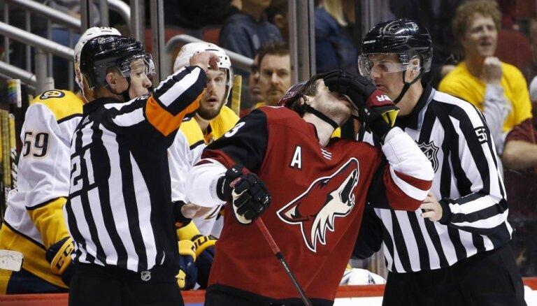 Video: NHL spēlē soģis noraida hokejistu un vēl iesit pa seju