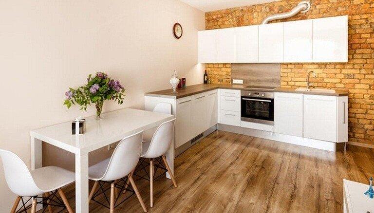 Varianti iedvesmai: gaumīgi iekārtotas virtuves dažādos Latvijas dzīvokļos