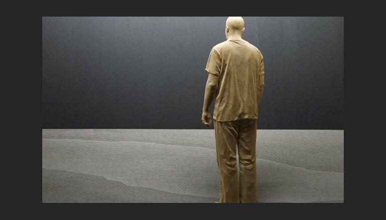 Foto: Hiperreālistiskas cilvēku skulptūras no koka