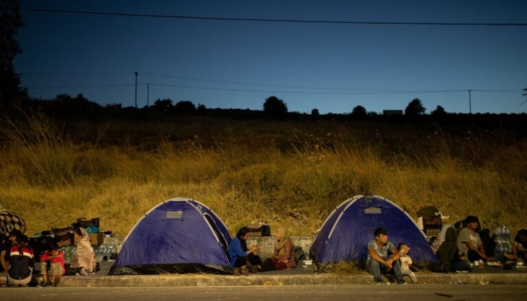 Детей из сгоревшего лагеря беженцев в Греции примут страны ЕС. Что будет со взрослыми, непонятно